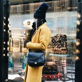 tasche-blue-hour-dunkelblau-outfit-gelb_grande