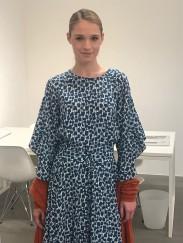 Starke Seidenkleider und -blusen bei Steffen Schraut